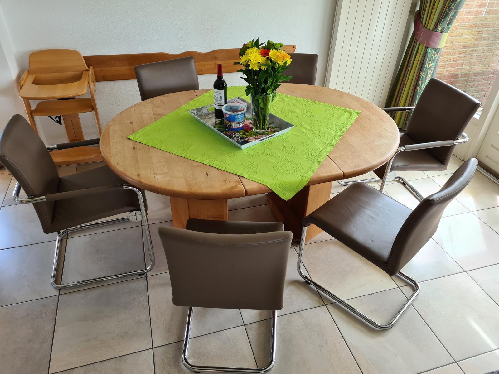 Der Essbereich mit den neuen Hülsta-Stühlen