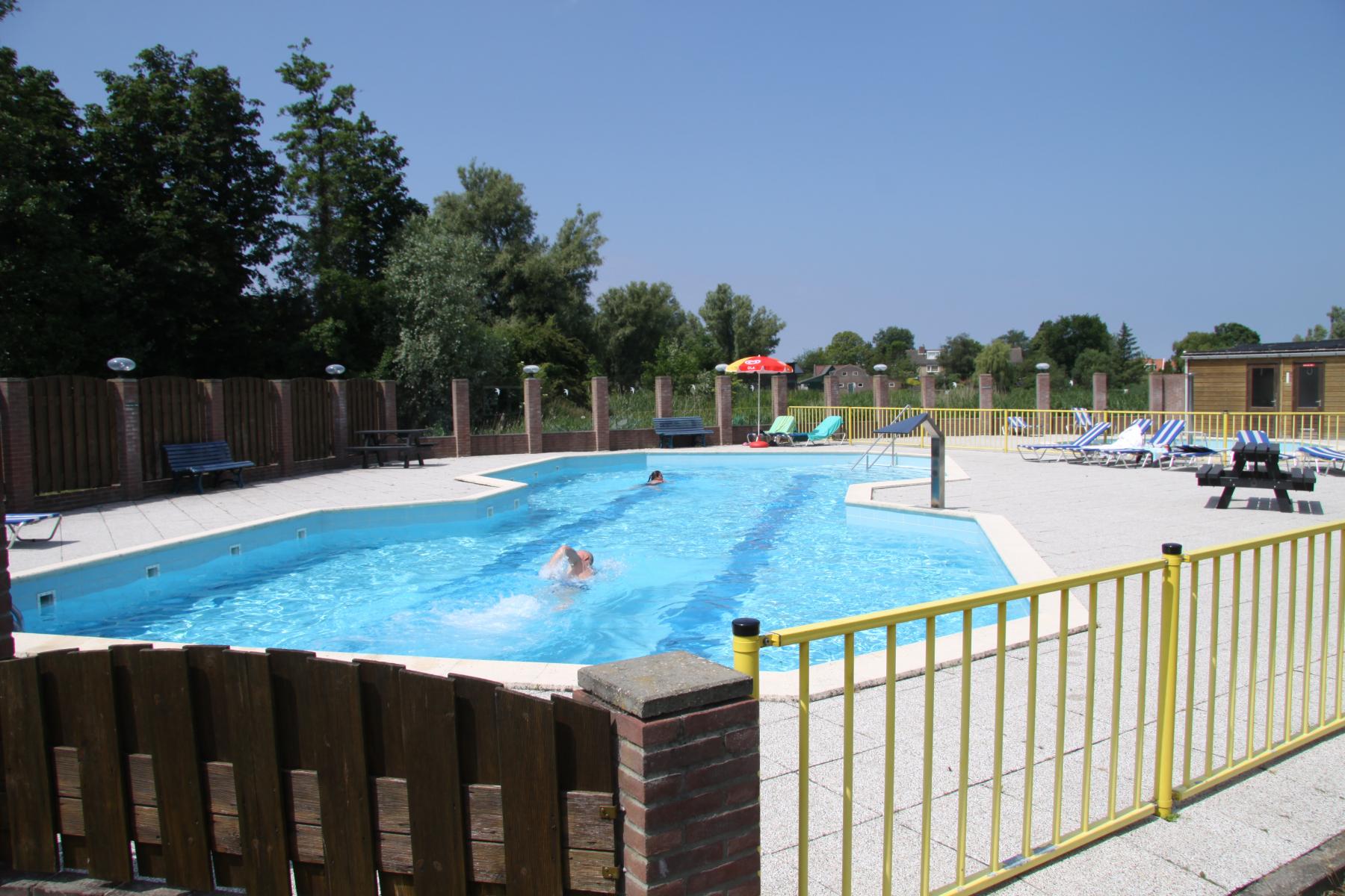 Das Schwimmbad im Park De Wielen