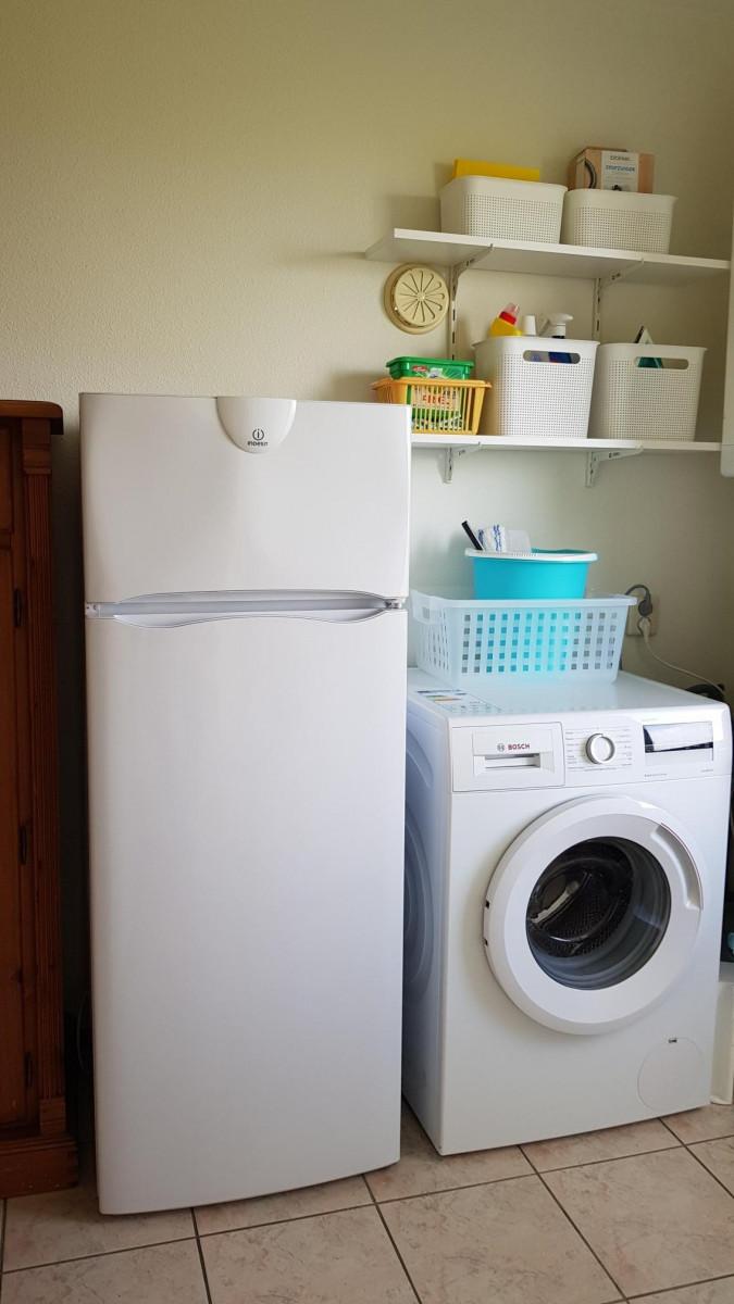 Kühl-Gefrier-Kombination und Waschmaschine