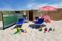 Unsere hauseigene Strandkabine mit 4 Liegen, Sonnenschirm, Windschutz und Kinderspielzeug...