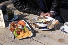 Eine Zwischenmahlzeit im Strandcafe